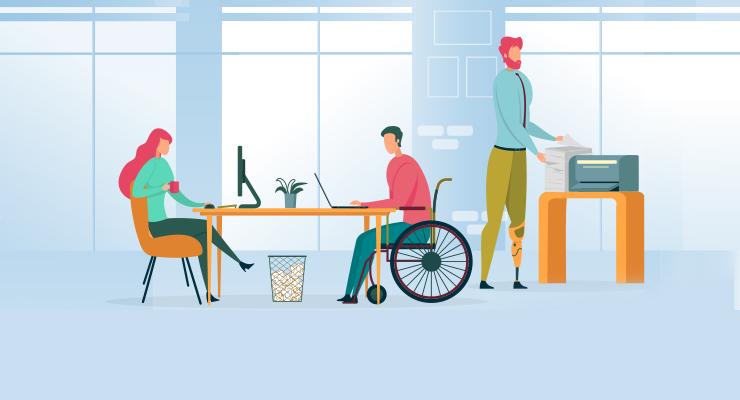 pomieszczenie biurowe, przy biurku z lewej strony siedzi kobieta na fotelu przed komputerem, po prawej stronie siedzi pan na wózku inwalidzkim przed laptopema za nim stoi pan przy kserokopiarce