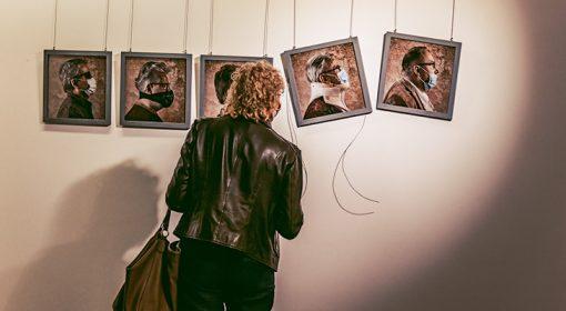 Pani ogląda zdjęcia na wystawie