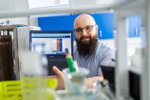 Dr inż. Piotr Ofman i zaprojektowany przez niego reaktor biologiczny typu SBR. Fot. Paweł Jankowski